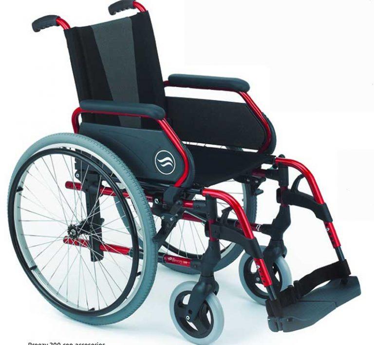 Silla de ruedas Breezy 305 es una silla de primera marca. Es una silla de ruedas cuya principal ventaja es el precio. Disponible en talla de 40-43-46-49-51 cm para personas de cualquier peso . La silla de ruedas Breezy pueden ser de rueda trasera autopropulsable o pequeña. Esta última se recomienda tan solo para su uso mayoritario en interior. Las sillas de ruedas Breezy 305 es una gama de sillas de ruedas de diseño moderno, y ligero. Segundo la Silla de ruedas Breezy : Moderna En el diseño de la Breezy 300 se han cuidado especialmente los detalles para conseguir una estética muy agradable, moderna y actual. Disponible en una gama de colores que se adapta a los gustos de usuarios muy diversos: negro brillante, gris selenio, rojo brillante y verde manzana. Por último :Silla de ruedas Breezy : Robusta Su sistema de cruceta combinado con las guías de los tubos del asiento hacen de la Breezy 300 una silla robusta y resistente, adecuada para una vida activa. La Silla de ruedas Breezy 305 es una silla bonita y funcional. Debemos destacar la gran cantidad de accesorios que se puerden colocar. Desde reposapiernas elevables, para tener las piernas en alto. Hasta cabecero, pasando por asiento y respaldo rígido y un si fin de opciones. Cabe señalar que dentro de la gama de sillas de ruedas Breezy tenemos autopropulsable pero también de tránsito. También con respaldo reclinable en las 2 versiones.ídeo silla de ruedas Breezy 305
