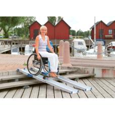 Mujer bajando en silla de ruedas por la rampa telescópica RT1500