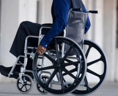 Subir o bajar la silla de ruedas del coche de forma autónoma